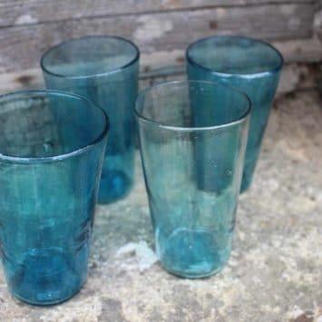 Grand verre Konik turquoise soufflé à la bouche. Syrie.