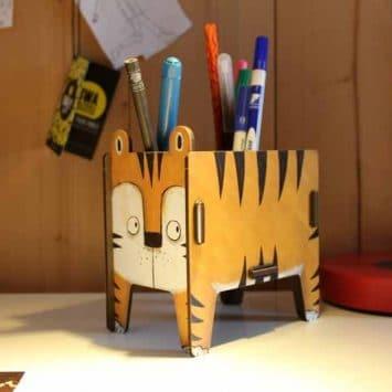 Pot à crayons Tigre en bois recyclé. WERKHAUS. Allemagne.