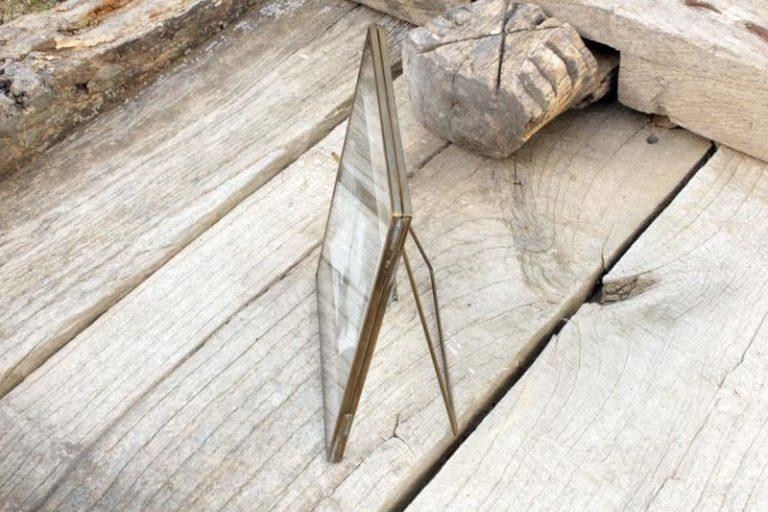 Cadre Danta à poser 12.5 x 18 cm. Laiton recyclé. Fait main. Nkuku.