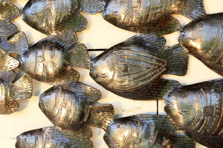 Banc de 37 poissons en métal recyclé. Fait main. Haïti.