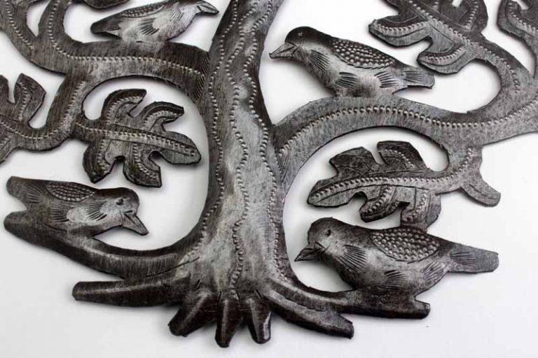 """Arbre de vie """"chêne et oiseaux"""", ciselé à la main dans une même plaque de métal recyclé, sans soudures. Haïti.."""