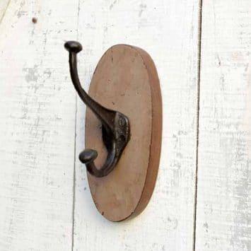 Patère ovale en bois de récup, crochet en fonte, Inde.