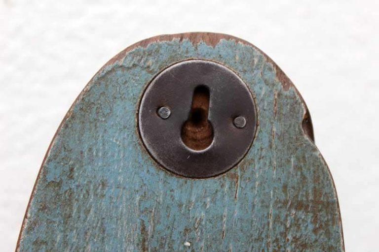 Système de fixation d'un patère ovale en bois de récup, crochet en fonte, Inde.