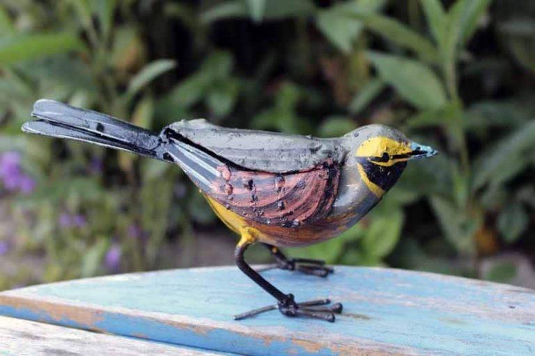 Bruant Zizi, oiseau en métal recyclé. Très réaliste! Arrosoir & Persil. Zimbabwe.