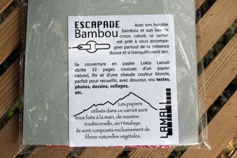 Les carnets de notes et de voyage Escapade sont présentés sous pochette avec texte informatif.