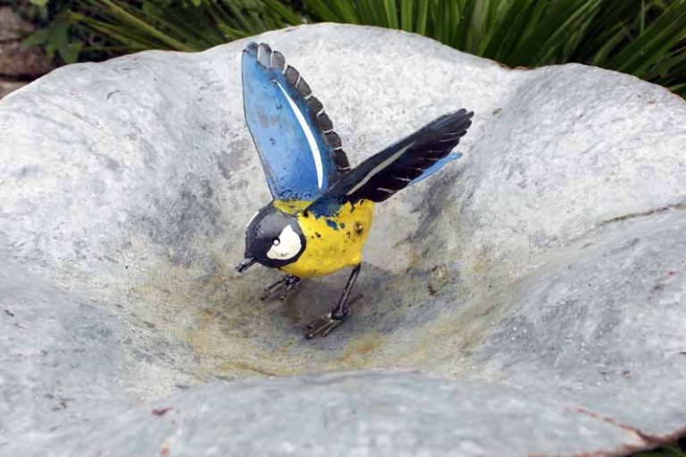 Mésange ailes ouvertes, en métal recyclé. Arrosoir & Persil. Zimbabwe.