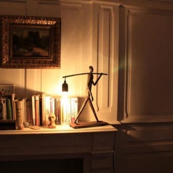 """Lampe """"L 'homme qui marche"""", métal recyclé. Arrosoir & Persil. Zimbabwe."""