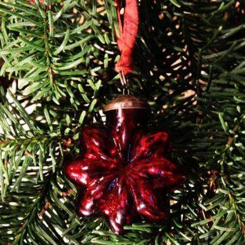 Flocon- étoile de Noël en verre recyclé. Rouge. NKUKU.