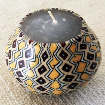 Fabrication artisanale des bougies Swazi Candles.