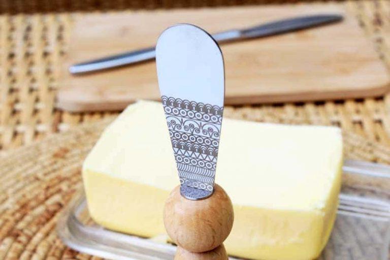 NOLWENN Couteau à beurre, lame gravée. Bois|Fait en Bretagne. France (Lib).