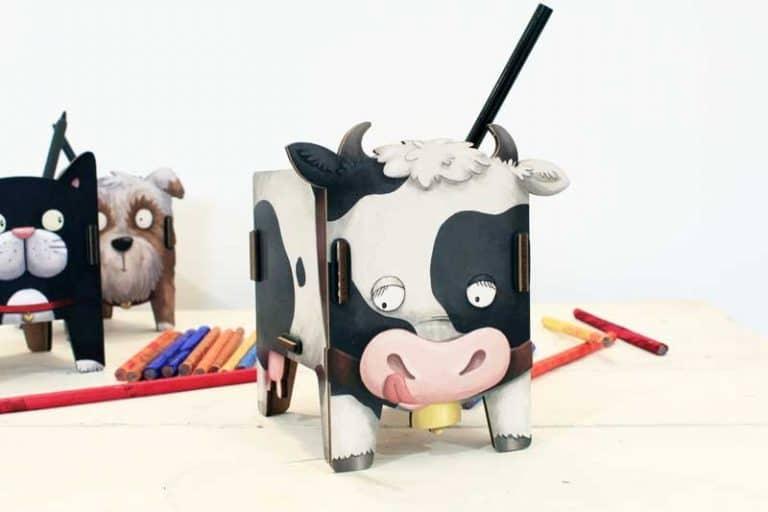 """Pot à crayons """"Vache"""" en bois recyclé. WERKHAUS (Allemagne)."""