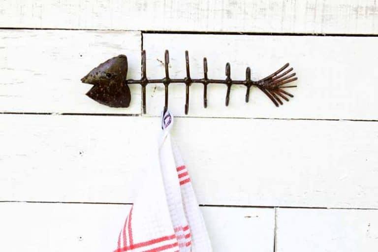 """Porte-torchons, porte-clés mural """"Sardine"""", en métal recyclé."""