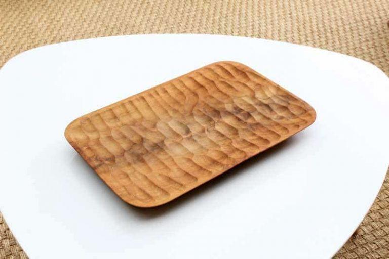 """Plateau """"Aeolian""""en bois de teck, sculpté main 30x20 cm."""