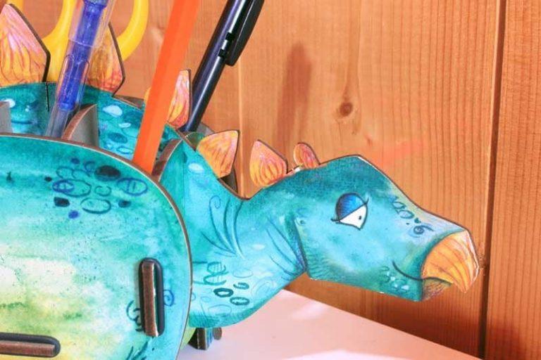 Pot à crayons Stégosaure en bois recyclé. Allemagne.