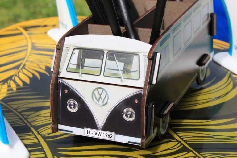 Pot à crayons Combi VW-T1 - noir - en bois recyclé. Allemagne.