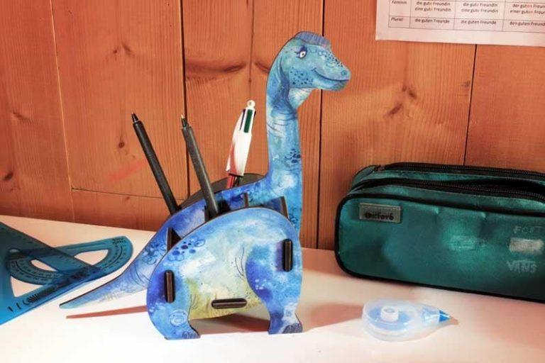 Pot à crayons Brachiosaure en bois recyclé. Allemagne.