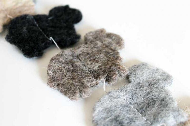 """Guirlande """"Moutons"""" en laine naturelle feutrée. Lamali."""