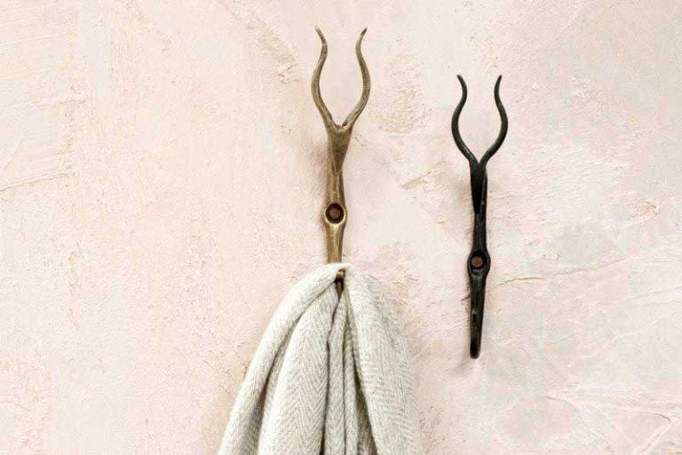 Patère Mawi antilope. Finition noire ou laiton Artisanal. Inde.