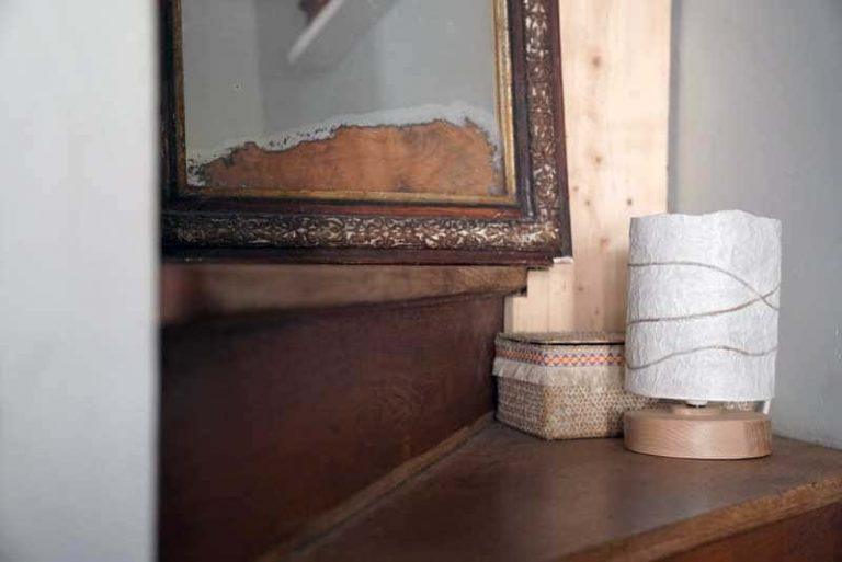 Lampe à poser en bois brut et papier recyclé. France.