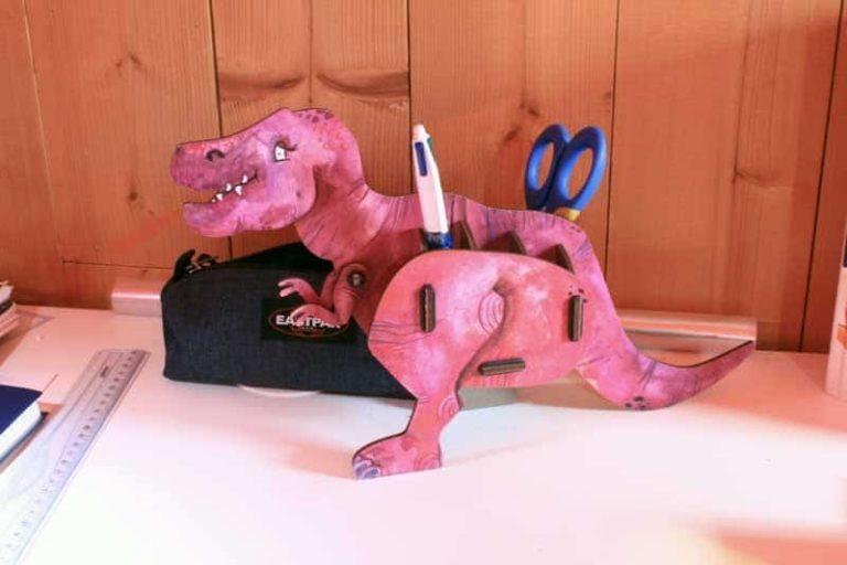 Pot à crayons Dino- Tyrannosaure en bois recyclé. Allemagne.