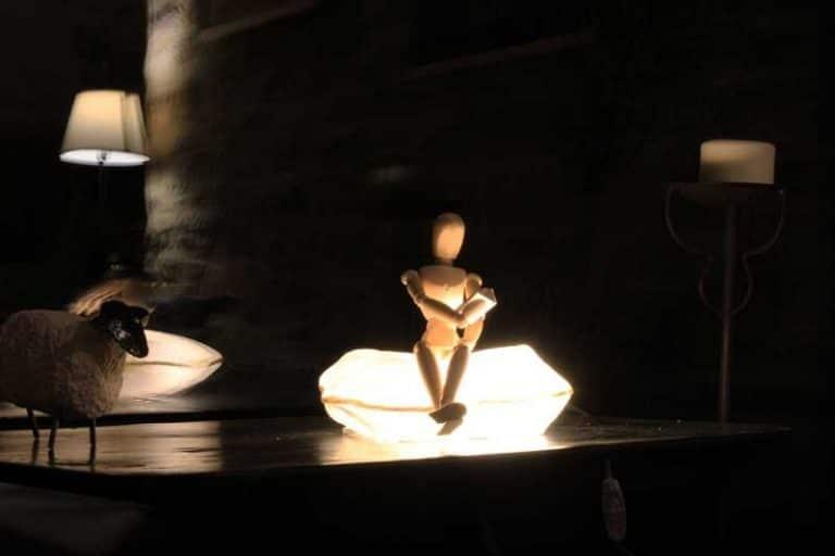 """Lampe """"Lecteur sur coussin"""" en papier japonais. Sandra Massat Atelier, France"""