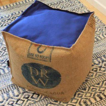 Pouf cube bleu 40x40x40 cm jute/ dralon. France.