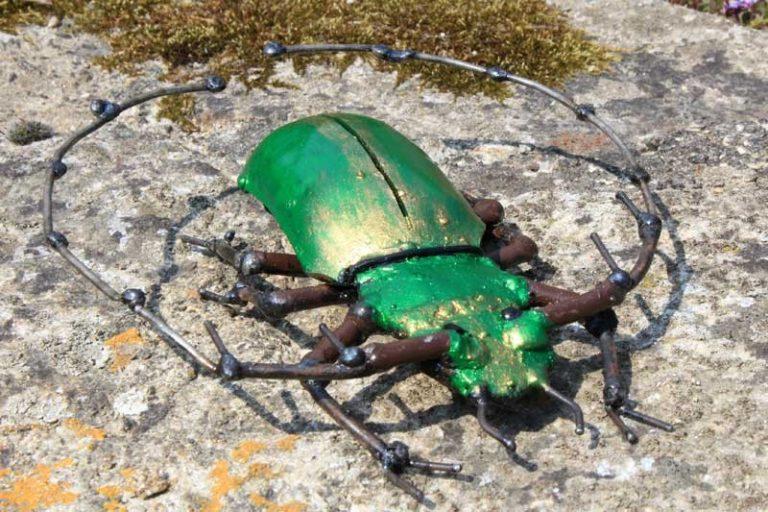 Scarabée vert à poser ou déco murale, en métal recyclé. Zimbabwe