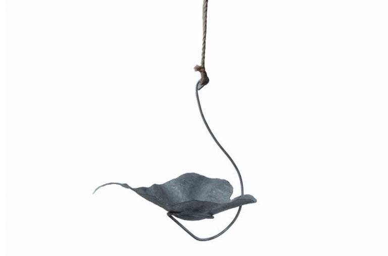 Bain d'oiseaux à suspendre en métal recyclé galvanisé. Fait main.